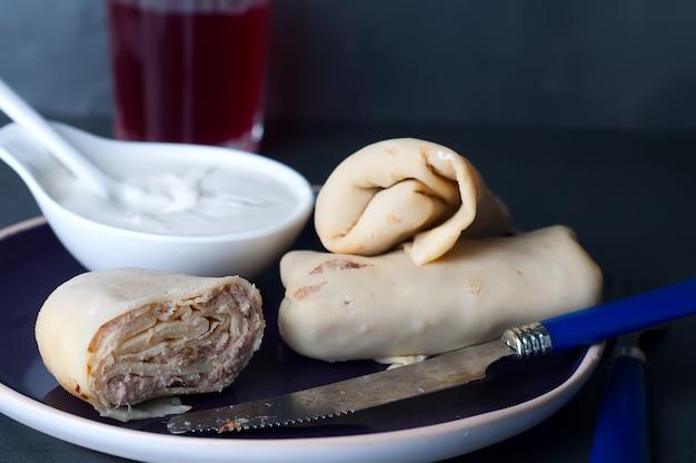 Pancake con carne e panna acida