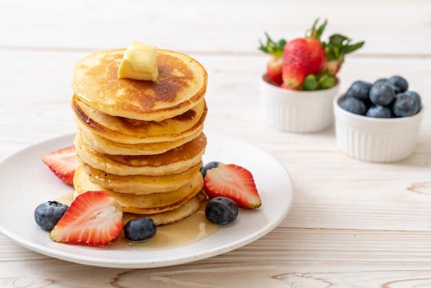 Pancake con fragole, mirtilli e miele