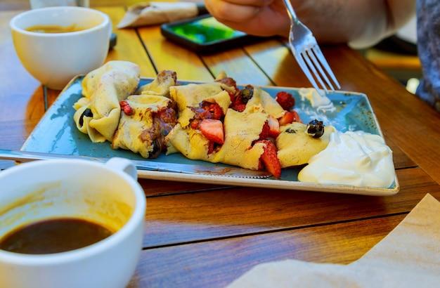 Pancake con frutta e panna
