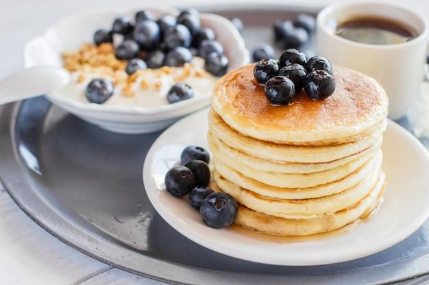 Pancake con mirtilli e una tazza di caffè