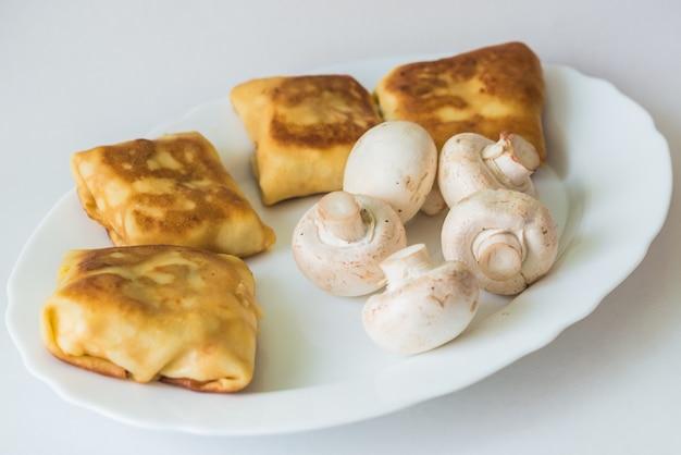 Pancake con otturazioni e funghi sul piatto