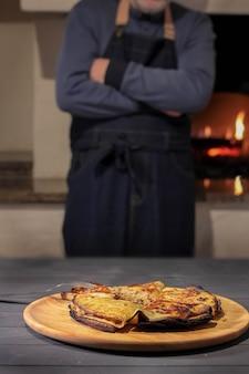 Pancake con ripieno si trovano su un piatto. crosta bruciata il cuoco sta nel forno