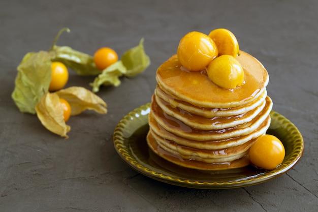 Pancake con terra ciliegia su sfondo grigio.