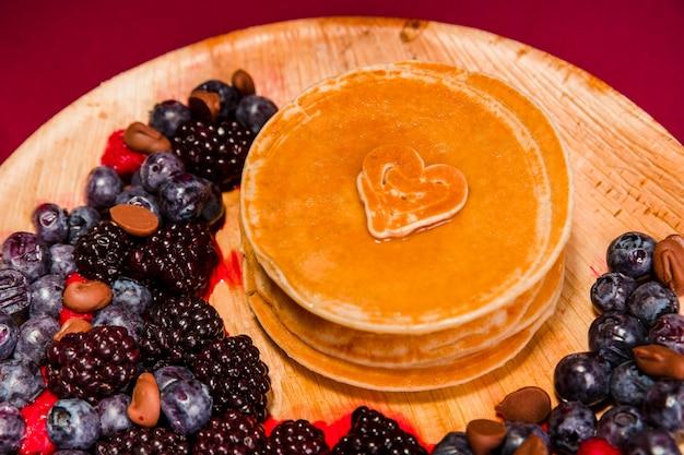 Pancake deliziosi del primo piano con le bacche