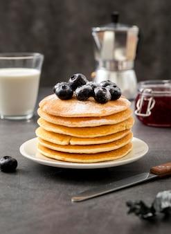 Pancake deliziosi di vista frontale con i mirtilli