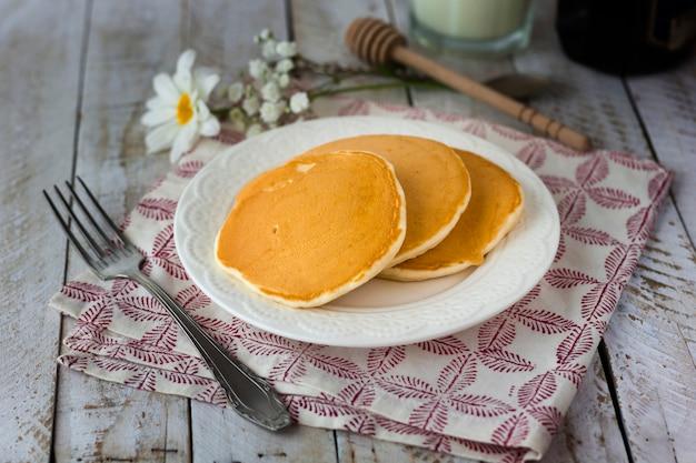 Pancake dell'angolo alto sul piatto