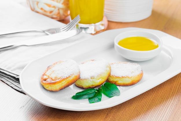 Pancake della ricotta con la fine della polvere di zucchero su