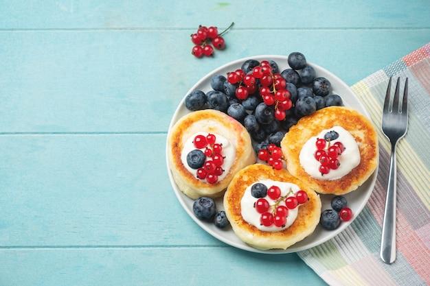 Pancake della ricotta con ribes e mirtillo sul blu