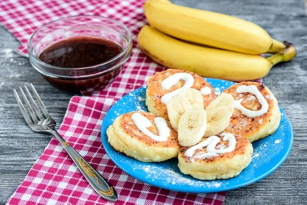 Pancake della ricotta sul piatto blu
