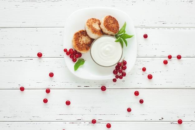 Pancake di formaggio fresco fatto in casa. gustosa colazione salutare. dessert a basso contenuto calorico.