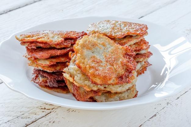 Pancake di patata casalinghi freschi su un primo piano del piatto