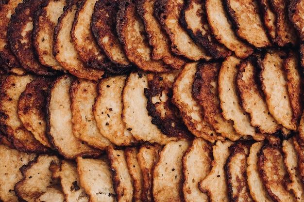 Pancake di patata in contenitore metallico primo piano di deliziosi pancake di patata fritti in contenitore inossidabile all'aperto. concetto di festival del cibo.