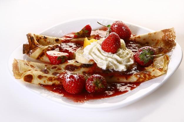 Pancake e fragola del witn del piatto di dessert