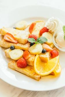 Pancake e pane tostato con frutta mista