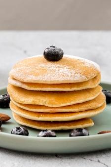 Pancake fatti in casa del primo piano con i mirtilli