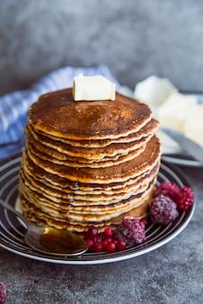Pancake freschi ad angolo alto con burro