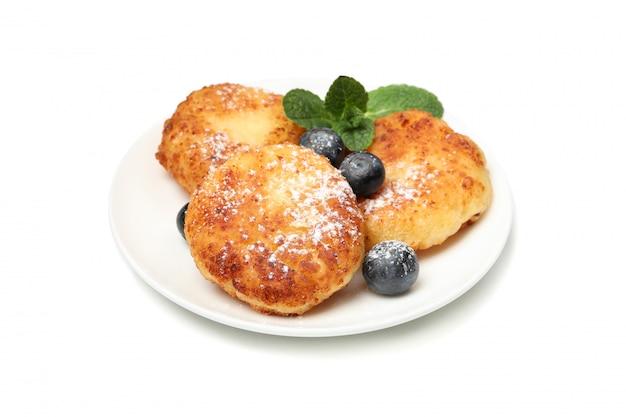 Pancake, mirtillo e menta del formaggio isolati su superficie bianca