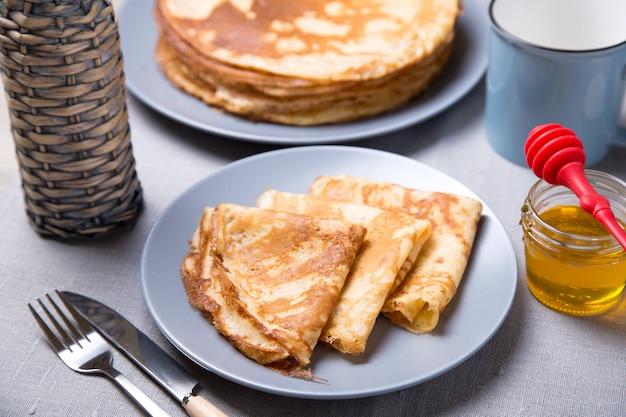 Pancake russi tradizionali con miele. carnevale. settimana maslenitsa. messa a fuoco selettiva, primo piano.