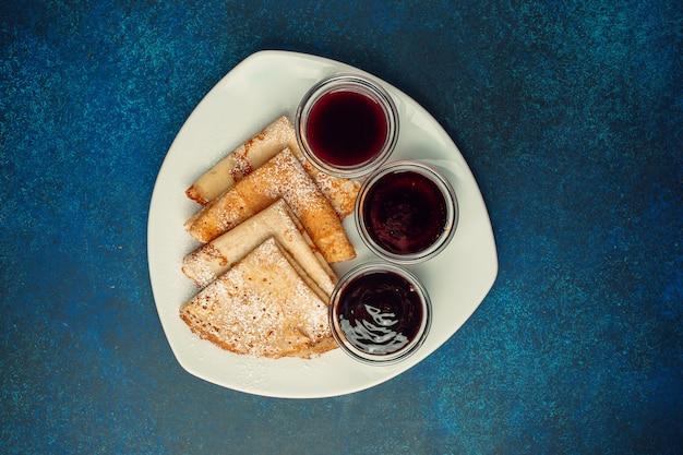 Pancake servito con selezione di marmellate