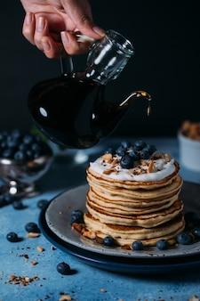 Pancake soffice fatto in casa con mirtillo sulla parte superiore