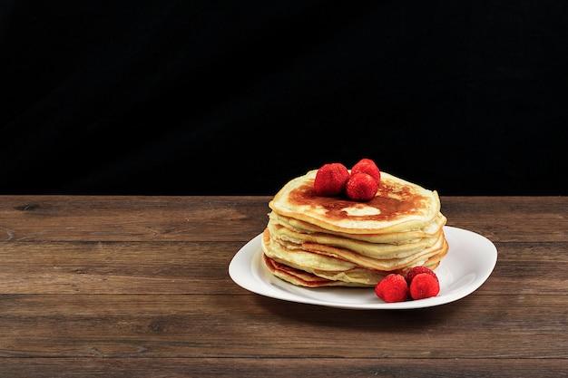 Pancake su un piatto bianco con fragole
