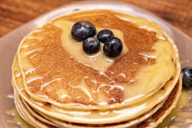 Pancake sui precedenti di legno marroni