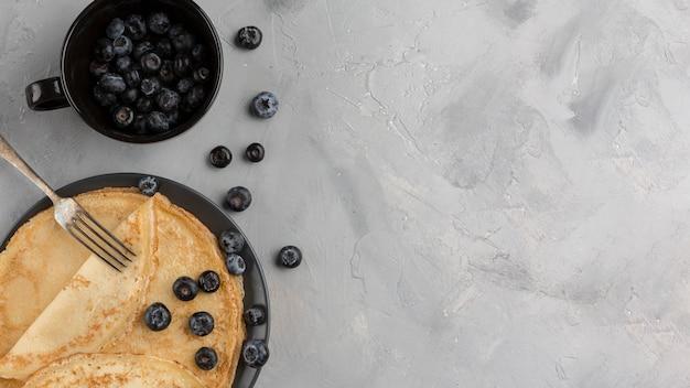 Pancake vista dall'alto con sfondo di stucco