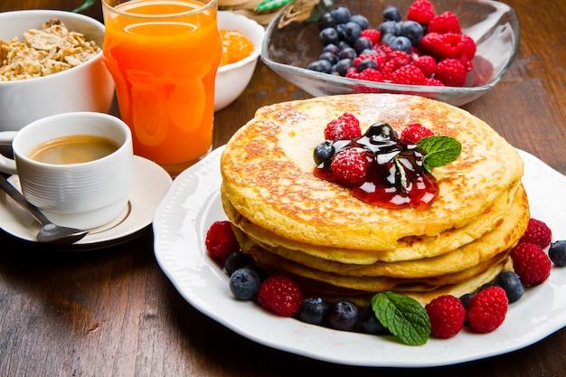 Pancakes con bacche e sciroppo d'acero