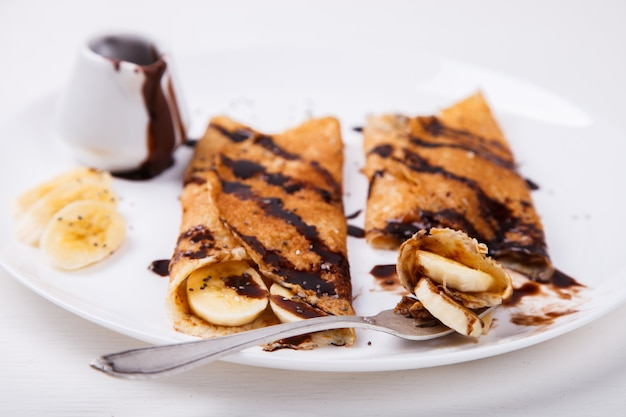 Pancakes con banana e cioccolato rabbocco