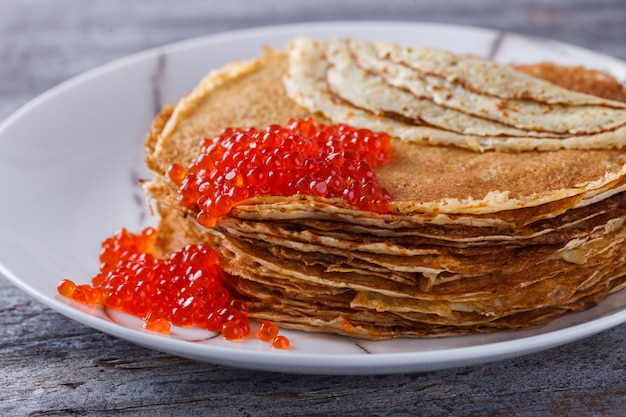 Pancakes con caviale rosso.