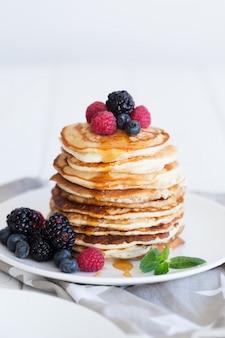 Pancakes con frutti di bosco e miele