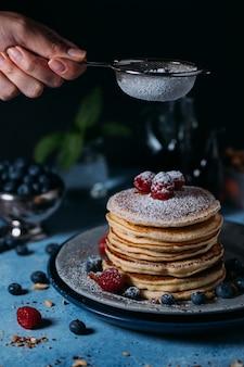 Pancakes con frutti di bosco e zucchero