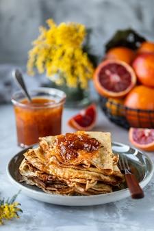 Pancakes con marmellata o marmellata a base di arancia rossa.