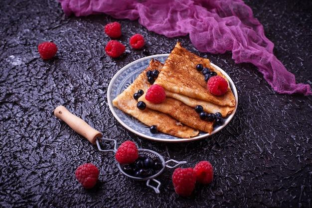 Pancakes con mirtilli e lamponi. messa a fuoco selettiva
