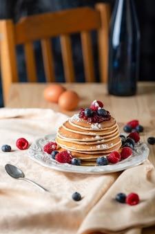 Pancakes con mirtilli e lamponi. tema colazione.