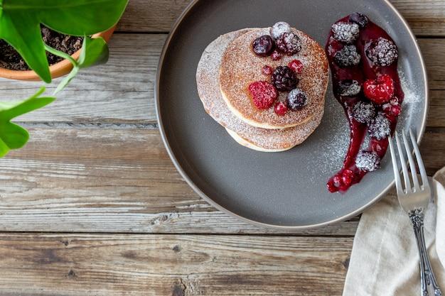 Pancakes con more, lamponi e ribes rosso. cucina americana.
