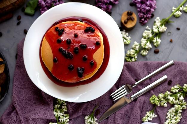 Pancakes conditi con marmellata di frutti di bosco
