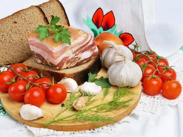 Pancetta, aglio, pomodori ed erbe