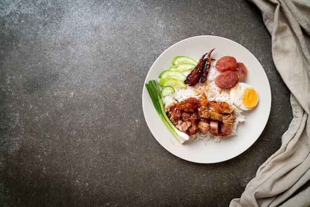 Pancetta di maiale croccante su riso sormontato, stile alimentare aisan