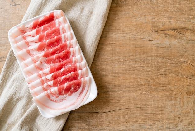 Pancetta fresca di maiale affettata