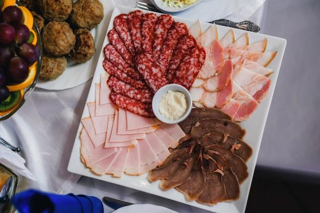 Pancetta, salsiccia, prosciutto e salumi sulla colazione