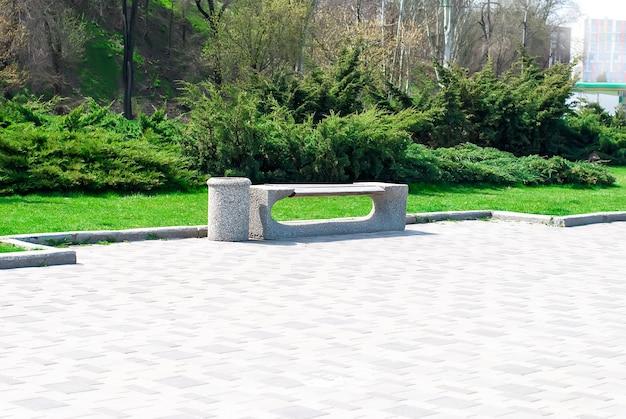 Panchina del parco e vicolo nel parco all'aperto