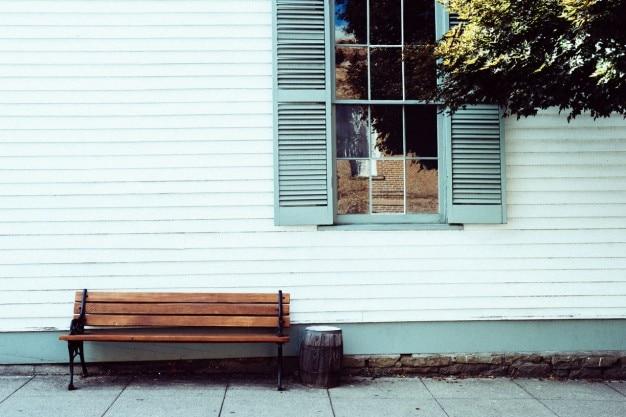 Panchina solitaria sotto la finestra