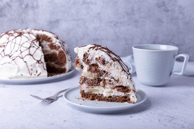 Pancho cake. torta di biscotti fatta in casa con panna acida e ananas. decorato con ganache.