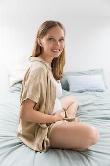 Pancia accarezzante della donna incinta emozionante felice