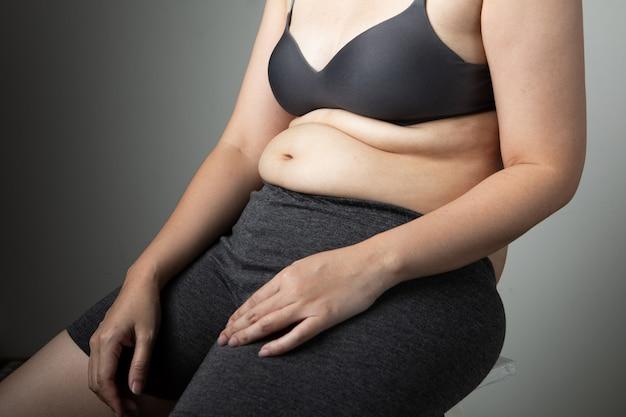 Pancia di cellulite donna grassa malsana