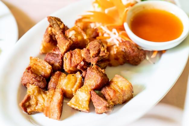 Pancia di maiale fritta nel grasso bollente
