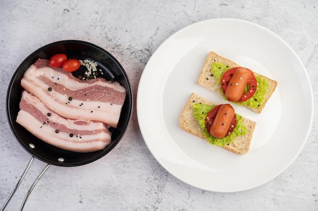 Pancia di maiale in padella con semi di pepe pomodori e spezie