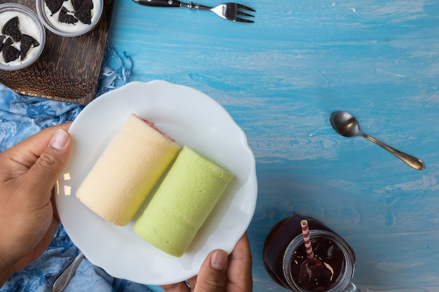 Pandan swiss roll cake e fragole swiss roll cake