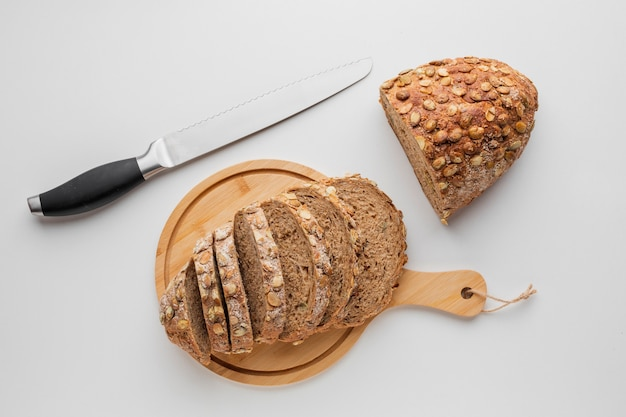 Pane a fette di tavola di legno con coltello